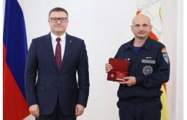 Златоустовец Александр Михеев получил почетное звание «Заслуженный спасатель Российской Федерации» из рук губернатора